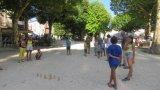 Un tournoi de mölkky sur la place du Champ de Mars