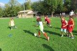 Footballeurs en herbe sur un stade labouré