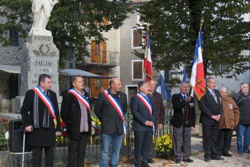 Commémoration devant le monument aux morts