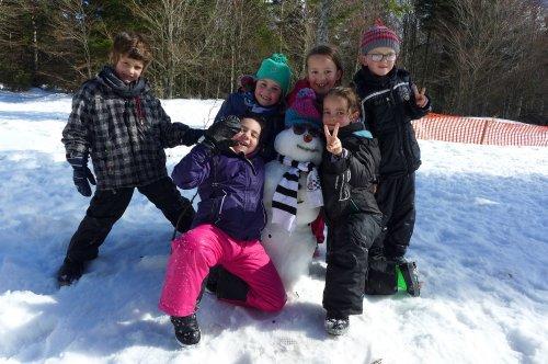 La neige au bout des raquettes des écoliers